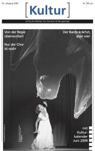 Titelseite Zeitung Kultur zeigt eine Frau auf der Bühne mit einer riesigen Fledermaus