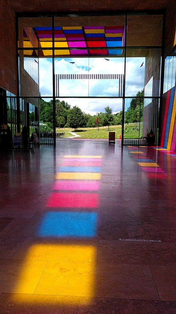 Das Foyer des Museums Ritter mit bunten Lichtflächen auf dem Boden